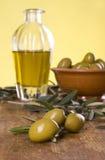 Tre olive con un olio e una ciotola di oliva con le olive Fotografia Stock Libera da Diritti