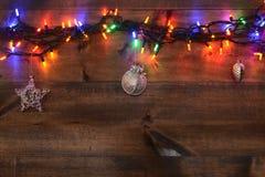 Tre ornamenti e luci di natale d'argento Fotografie Stock