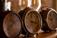Tre orologi antichi Macchinario per segnare il passo del tempo immagine stock libera da diritti