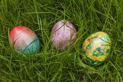 Tre påskägg i gräs Royaltyfria Bilder