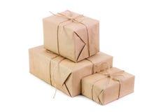 Tre packar som packas i kraft papper royaltyfri foto