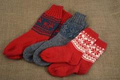 Tre paia dei calzini di lana tradizionali su una tela da imballaggio Fotografia Stock Libera da Diritti