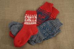 Tre paia dei calzini di lana tradizionali su una tela da imballaggio Fotografie Stock