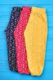 Tre paia dei pantaloni naturali della neonata Immagini Stock