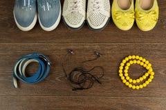 Tre paia delle scarpe del ` s delle donne, delle perle, di una cinghia blu e delle cuffie Fotografia Stock Libera da Diritti