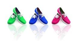Tre paia delle scarpe miste dell'uomo di colori Immagini Stock Libere da Diritti