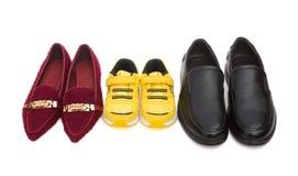 Tre paia delle scarpe per la mamma ed il figlio del papà con il percorso di ritaglio, concetto 'nucleo familiare' fotografie stock