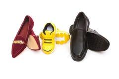 Tre paia delle scarpe per la mamma ed il figlio del papà su fondo bianco come concetto 'nucleo familiare' immagini stock libere da diritti