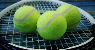 Tre palline da tennis sulla racchetta 4k archivi video