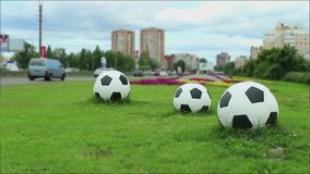 Tre palloni da calcio dalla strada stock footage