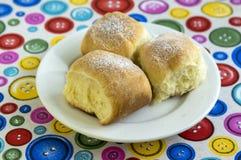Tre panini cechi tradizionali casalinghi farciti con la prugna si inceppano, l'uva passa e ricotta sul piatto bianco Fotografia Stock