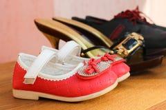 Tre par av skor: män, kvinnor och barn Arkivbild