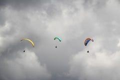 Tre Paragliders Royaltyfria Bilder