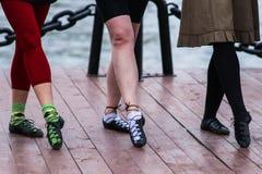Lägger benen på ryggen av irländsk dans Royaltyfri Fotografi