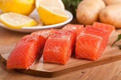 Tre parti di color salmone su un tagliere Fotografia Stock