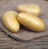 Tre patate che si trovano su una borsa Immagini Stock