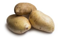 Tre patate fresche isolate su fondo bianco Immagine Stock