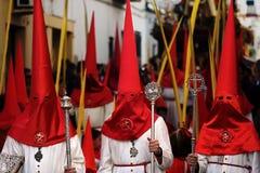 Tre peccatori incappucciati nella parata cattolica immagine stock