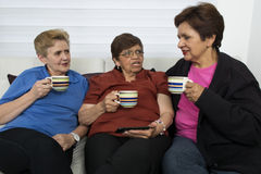 Tre pensionerade höga kvinnliga systrar Arkivbild