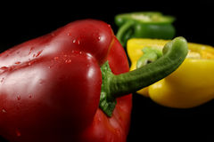 Tre peperoni su nero fotografia stock libera da diritti