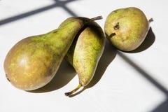 Tre peras sulla tavola Immagini Stock