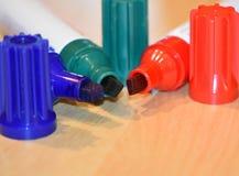 Tre permanenta markörer i röd, blå och grön färg Arkivfoto