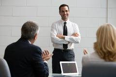 Tre persone di affari nel corso di una riunione Immagini Stock Libere da Diritti