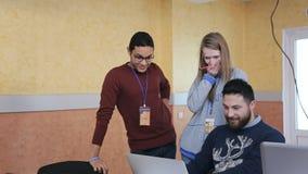 Tre personer håller ögonen på alla roliga video i internet tillsammans lager videofilmer