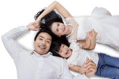 Tre personer som skrattar på kameran i studio Royaltyfri Fotografi