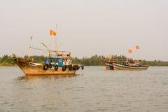 Tre pescherecci sul fiume di Thu Bon vicino a Hoi An, Vietnam fotografie stock libere da diritti