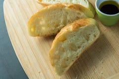 Tre pezzi del pane sul tagliere con la vista superiore dell'olio Fotografia Stock Libera da Diritti