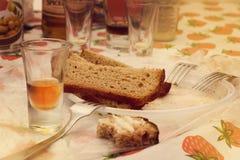 Tre pezzi di pane nero su un piatto di plastica con un mucchio e le forcelle Fotografie Stock