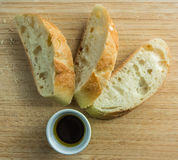Tre pezzi impilati del pane sul tagliere con olio completano Immagine Stock