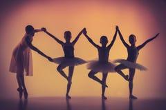 Tre piccole ballerine che ballano con personale Immagine Stock