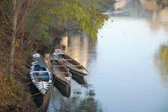 Tre piccole barche hanno attraccato nel fiume Bacchiglione a Padova in Veneto (Italia) Immagine Stock Libera da Diritti