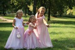 Tre piccole damigelle d'onore sveglie con la bolla Fotografia Stock