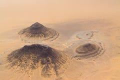 Tre piccole montagne isolate nel deserto in Ni Fotografie Stock Libere da Diritti