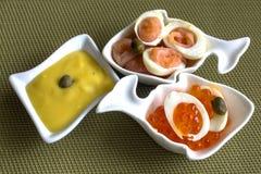 Tre piccole parti - tre piccole parti con le uova della quaglia e dei frutti di mare Fotografia Stock Libera da Diritti