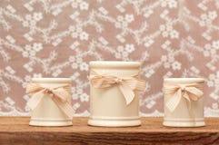 Tre piccoli barattoli con i nastri Fotografie Stock