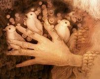 Tre piccoli uccelli che si siedono sulle dita della mano, disegno monocromatico Immagine Stock Libera da Diritti