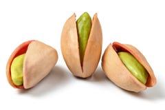 Tre pistacchi rossi turchi Antep Fistigi hanno sbucciato i dadi verdi v fotografia stock libera da diritti