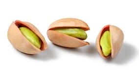 Tre pistacchi rossi turchi Antep, isolato sul backgrou bianco immagini stock