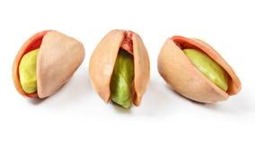 Tre pistacchi turchi rossi, hanno sbucciato visibile matto verde in crepa fotografia stock libera da diritti