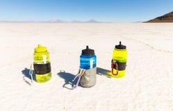 Tre plast- dricka flaskor, Salar De Uyuni öken Bolivia Arkivfoto