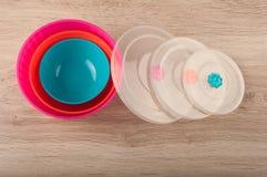 Tre plast- lunchaskar och räkningar lägger på tabellen Royaltyfri Bild