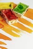 Tre pochi barattoli di colore per la pittura dell'acquerello Immagini Stock