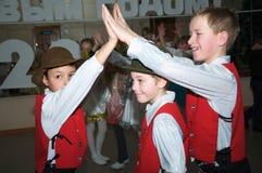 Tre pojkar, i att spela för dräkt Royaltyfri Foto