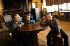 Tre pojkar i restaurang royaltyfri fotografi