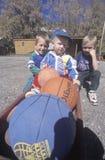 Tre pojkar med basket, Co Arkivbilder