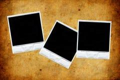 Tre polaroids sopra vecchia struttura di carta Fotografie Stock Libere da Diritti